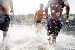 adolescents courant dans l'eau